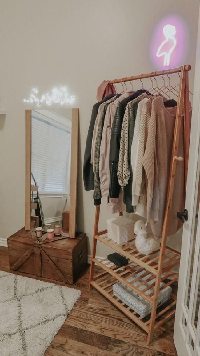 Arara de madeira e caixotes se complementam em uma decoração de quarto rústica. Fonte: Pinterest