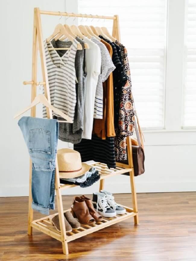Arara de madeira estreita perfeita para ambientes pequenos. Fonte: Pinterest