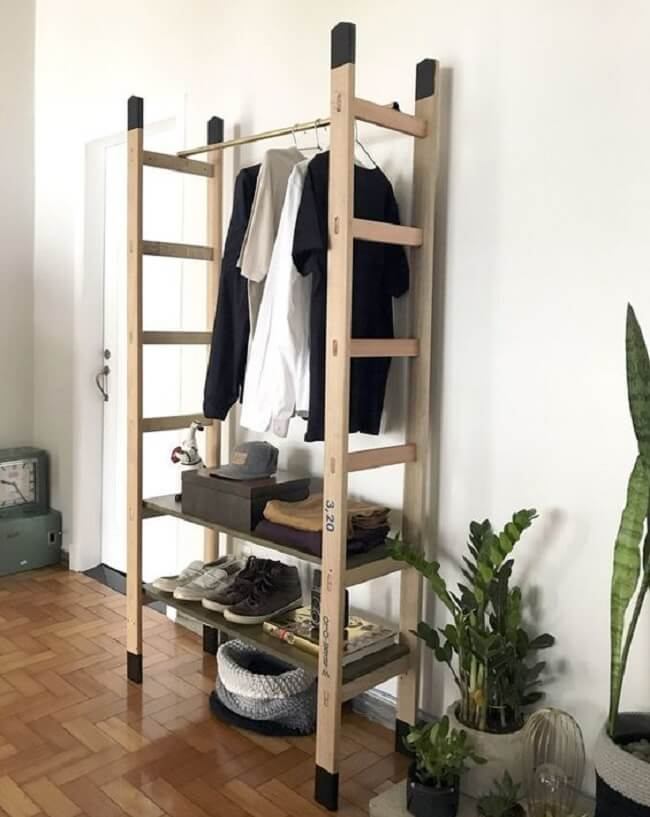 Arara de madeira feita com escada. Fonte: Do.edu