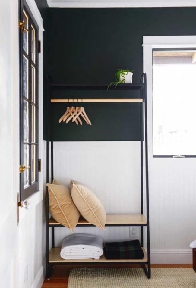 Arara de madeira para decoração com acabamento metálico. Fonte: Pinterest