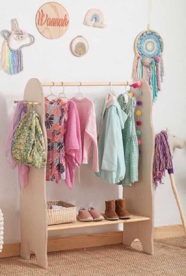 Arara de madeira para quarto infantil com design criativo. Fonte: Pinterest