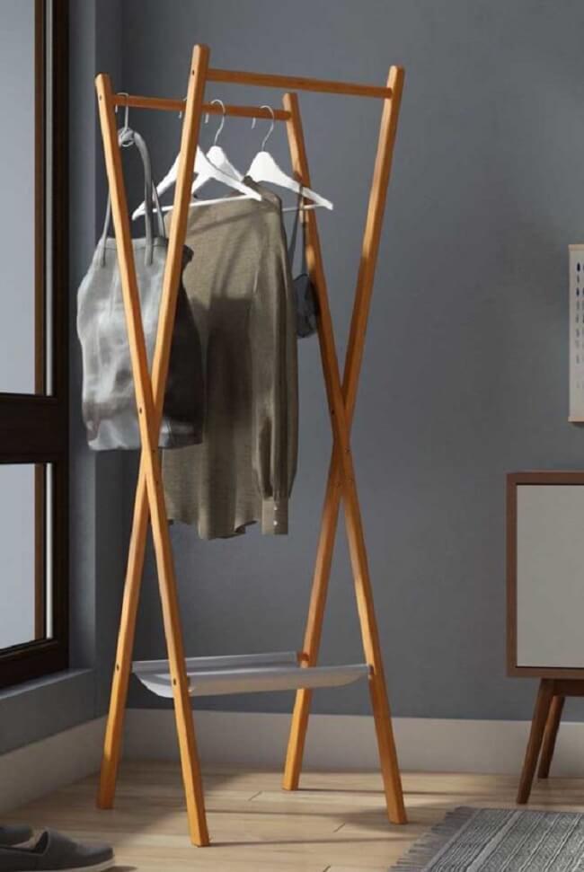 Arara de madeira para roupas com design X. Fonte: Pinterest