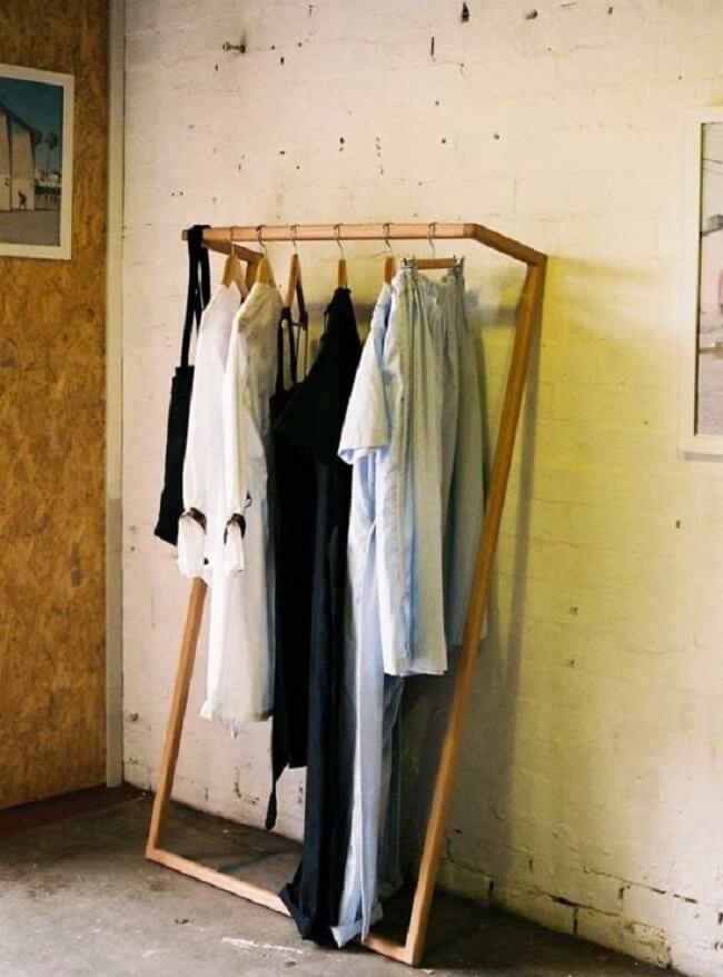 Arara de madeira para roupas com design minimalista. Fonte: Pinterest