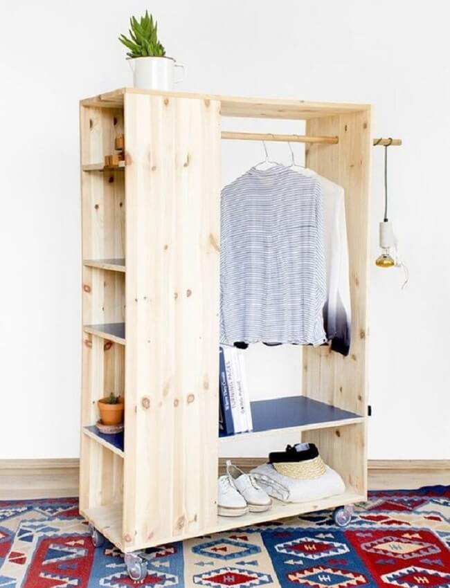 Arara de madeira para roupas com nichos laterais que ajudam na organização. Fonte: Pinterest