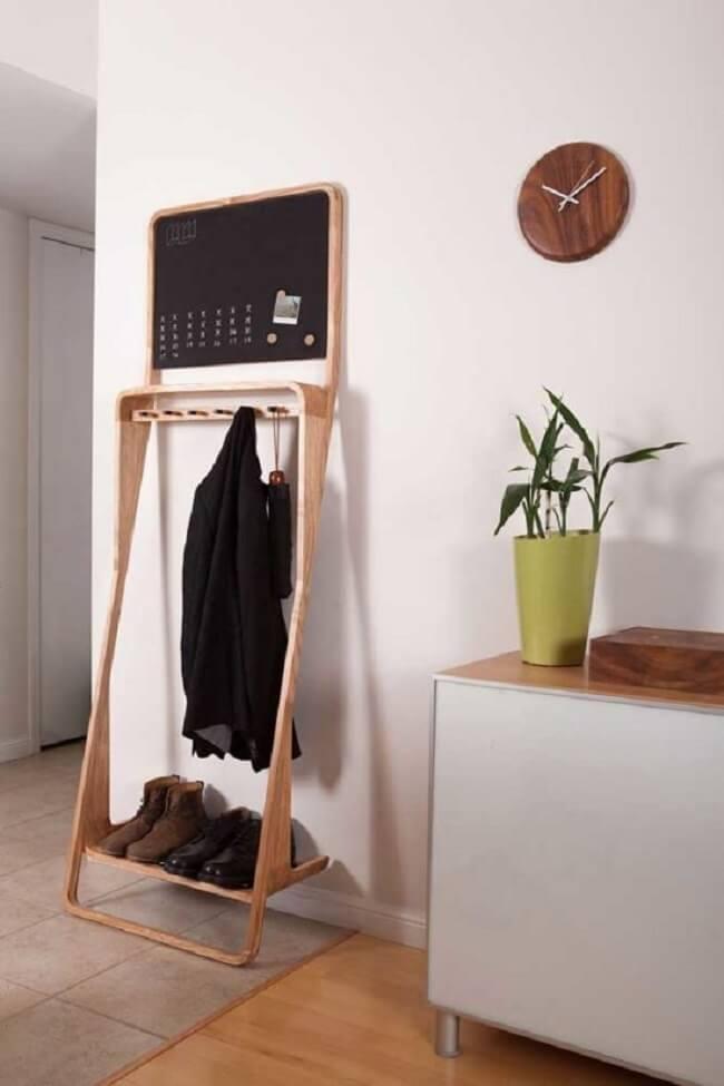 Arara de madeira para roupas com quadro de tarefas. Fonte: Pinterest