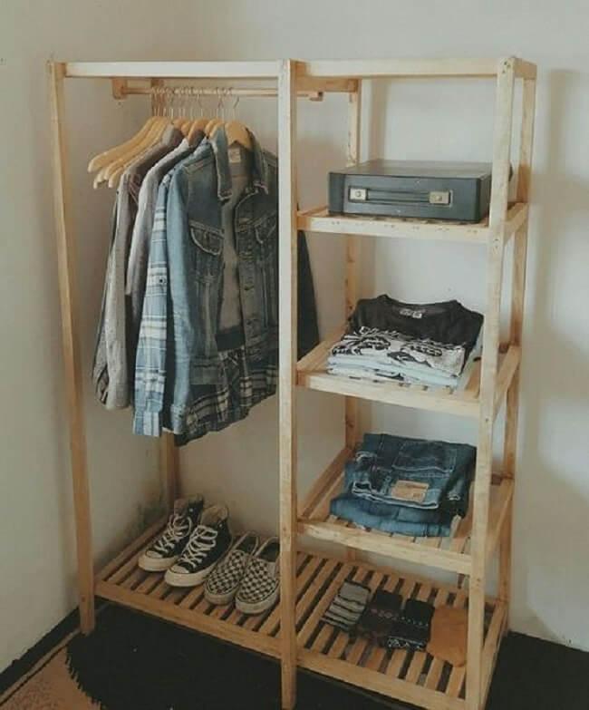 Arara de roupas de madeira com nichos laterais. Fonte: Pinterest