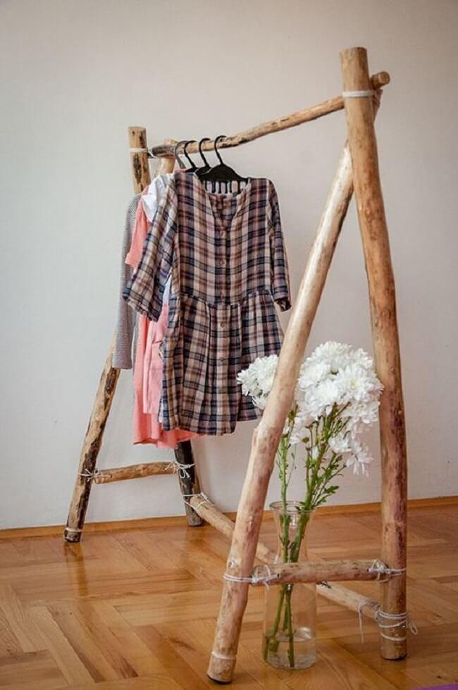 Arara de roupas em madeira rústica. Fonte: Pinterest