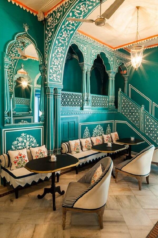 Arquitetura e decoração indiana marcam a identidade deste restaurante. Fonte: Pinterest