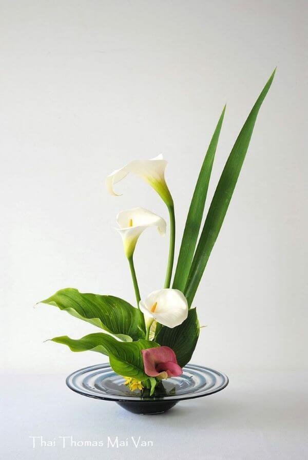 Arranjo ikebana com lírios
