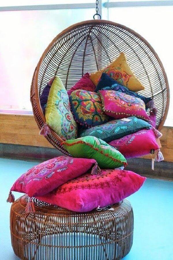 As almofadas coloridas na decoração indiana trazem muito conforto e alegria para o ambiente. Fonte: Pinterest