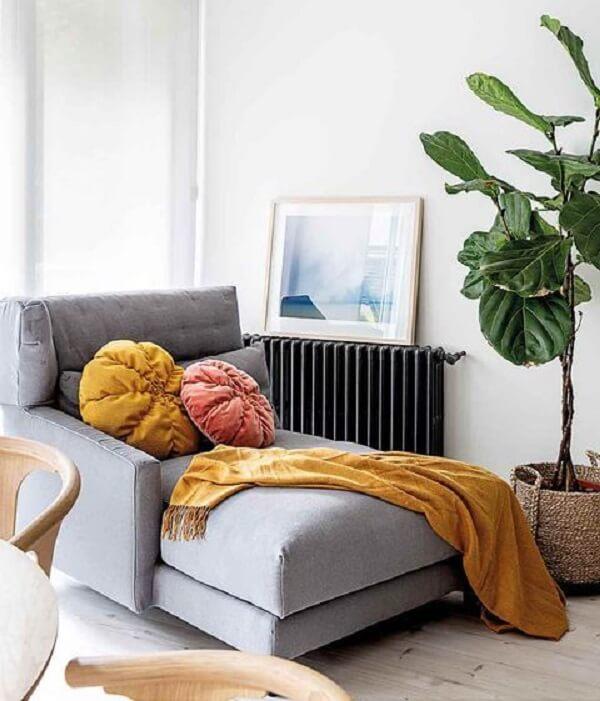 As almofadas coloridos sobre a poltrona divã cinza trazem alegria para a decoração. Fonte: Pinterest