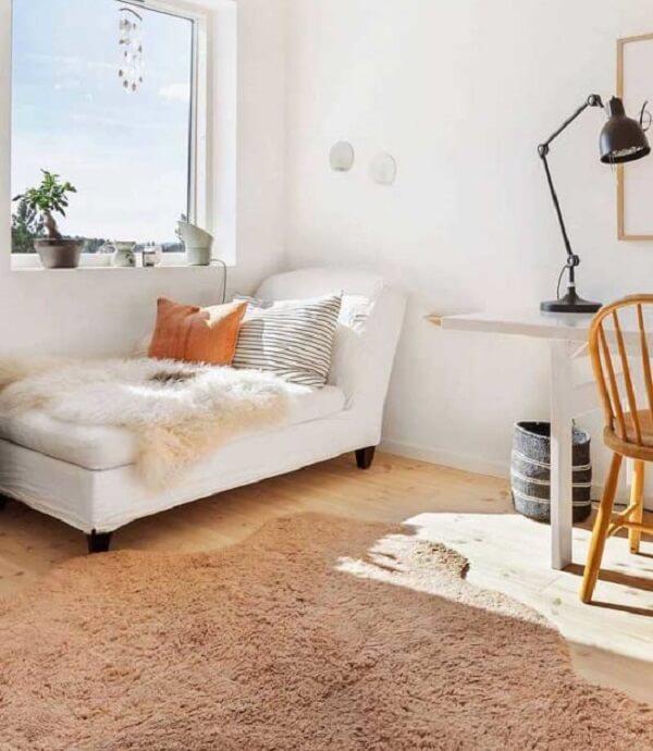 As almofadas e mantas trazem ainda mais conforto para a poltrona divã. Fonte: Pinterest