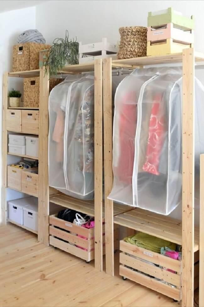 As capas podem ajudar a proteger as roupas que ficam expostas na arara de madeira. Fonte: Pinterest