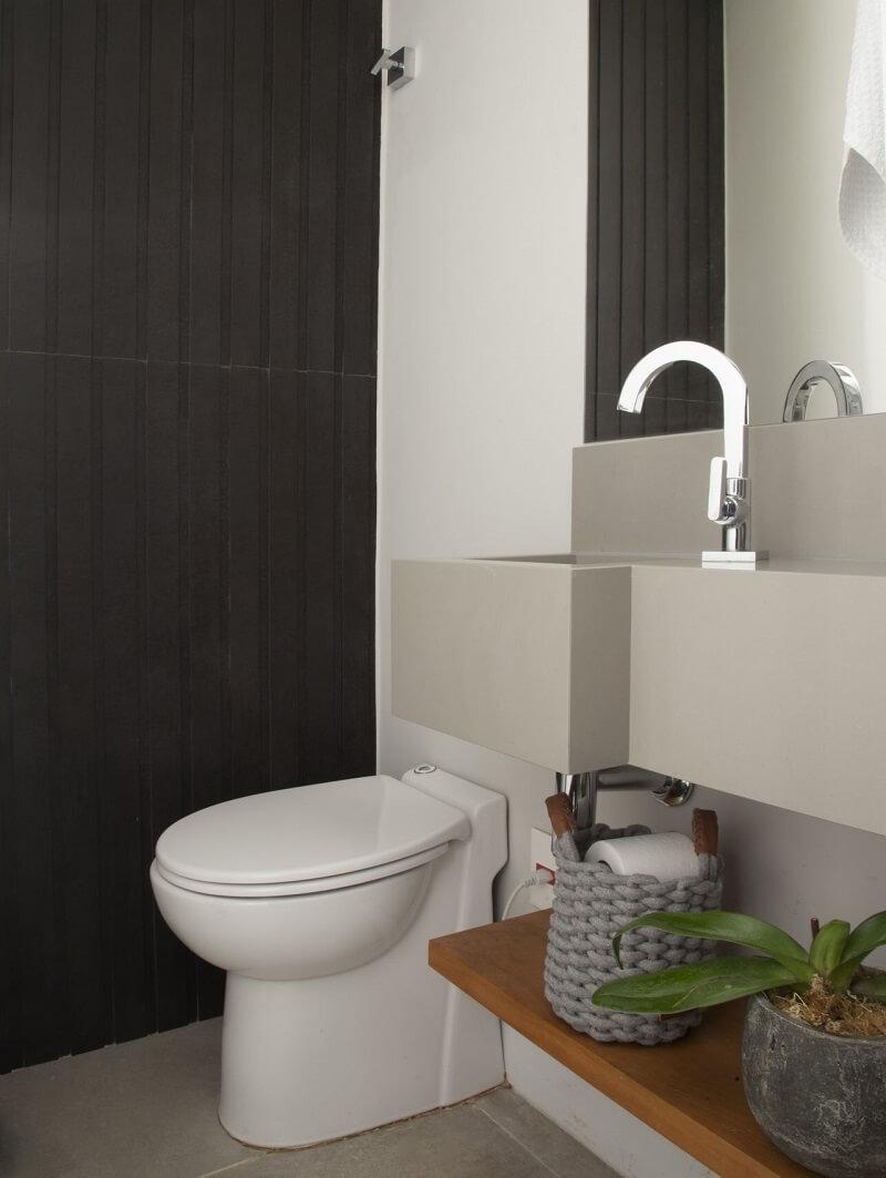 Para que a mudança do lavabo não fosse um problema o arquiteto optou por incluir um vaso sanitário com triturador arquiteto foi incluir um triturador sanitário. Projeto de Bruno Moraes Arquitetura e Interiores