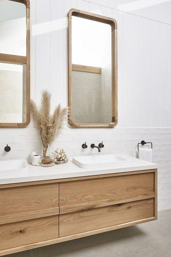 Bancada de silestone branco e móveis de madeira