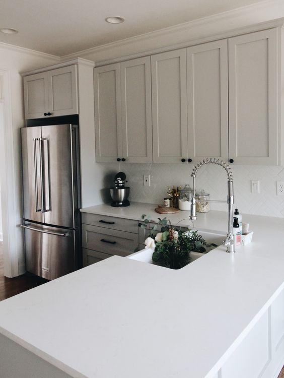 Cozinha em L com bancada de silestone branco