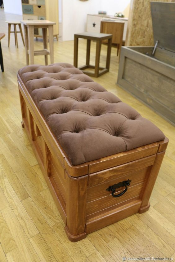 Banco com bau de madeira estofado