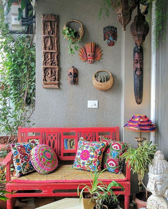Banco de jardim coral com almofadas coloridas