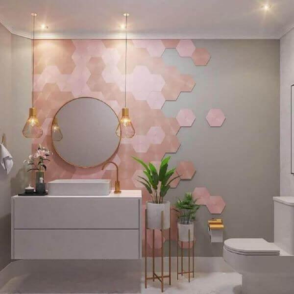 Banheiro charmoso com revestimento cerâmico geométrico rosa. Fonte: Home Fashion Trend