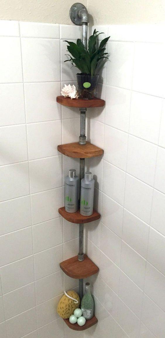 Banheiro com cantoneira de madeira