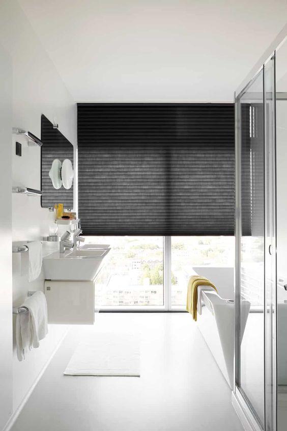 Banheiro com cortina persiana preta