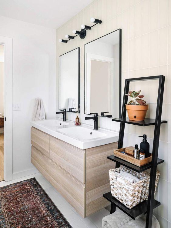 Banheiro com estante cavalete preta