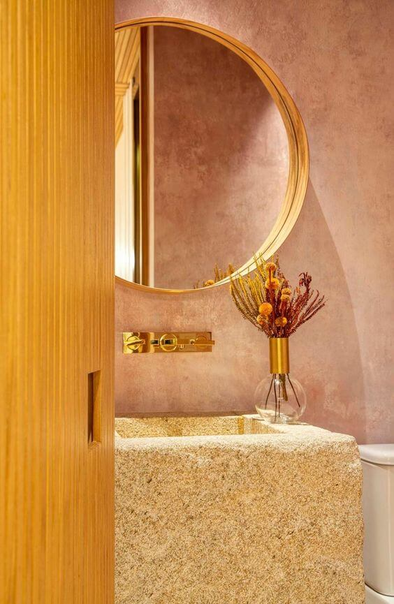 Banheiro com moldura redonda dourado