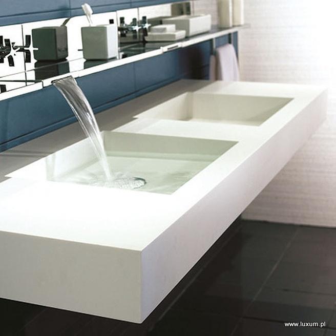 Banheiro com pia silestone branco dupla
