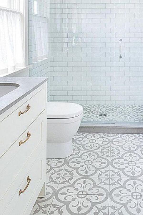 Banheiro com piso pintado