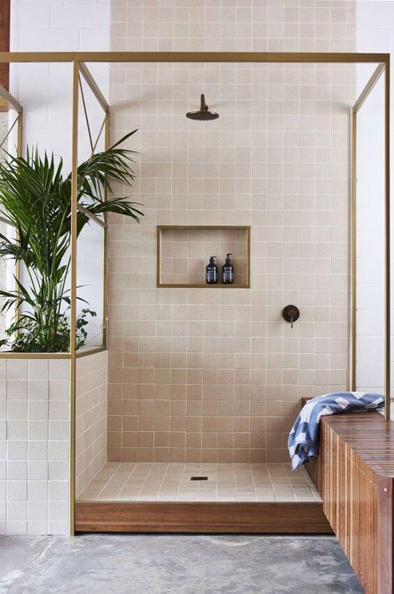 Banheiro com revestimento bege no nicho embutido