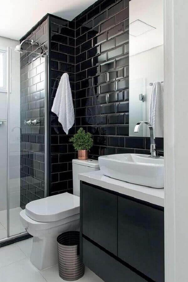 Banheiro com revestimento cerâmico preto e gabinete suspenso. Fonte: Minha Casa