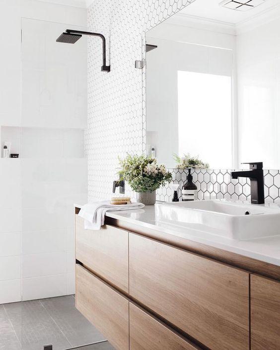 Banheiro com silestone branco e torneira preta