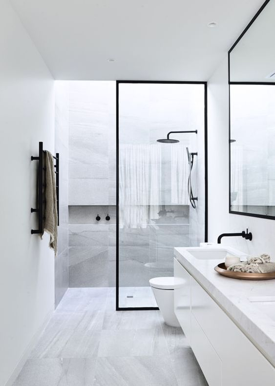 Banheiro de porcelanato marmorizado com bancada de silestone branco