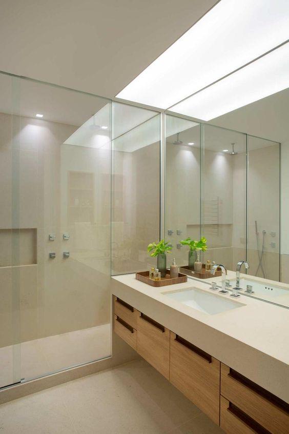 Banheiro grande com nicho de embutir