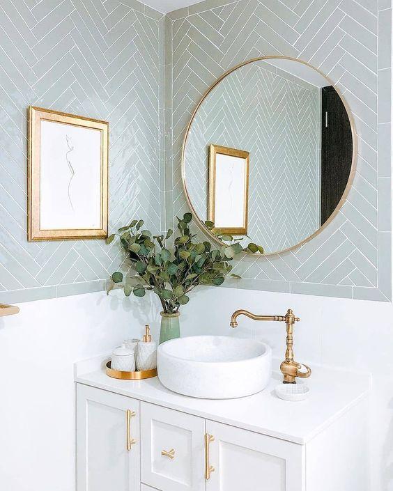 Banheiro luxuoso com espelho de moldura redonda dourada