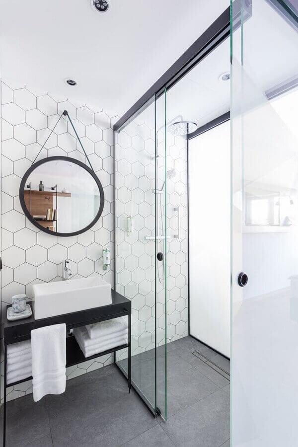 Banheiro moderno com espelho adnet e revestimento cerâmico hexagonal branco. Fonte: Futurist Archtecture