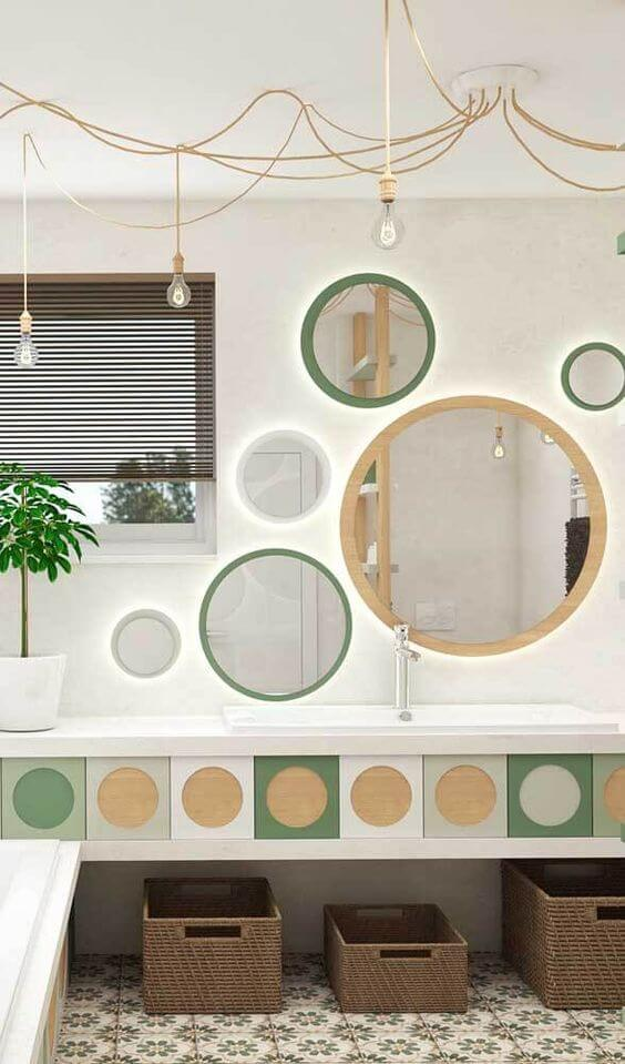 Banheiro moderno com moldura redonda para espelho