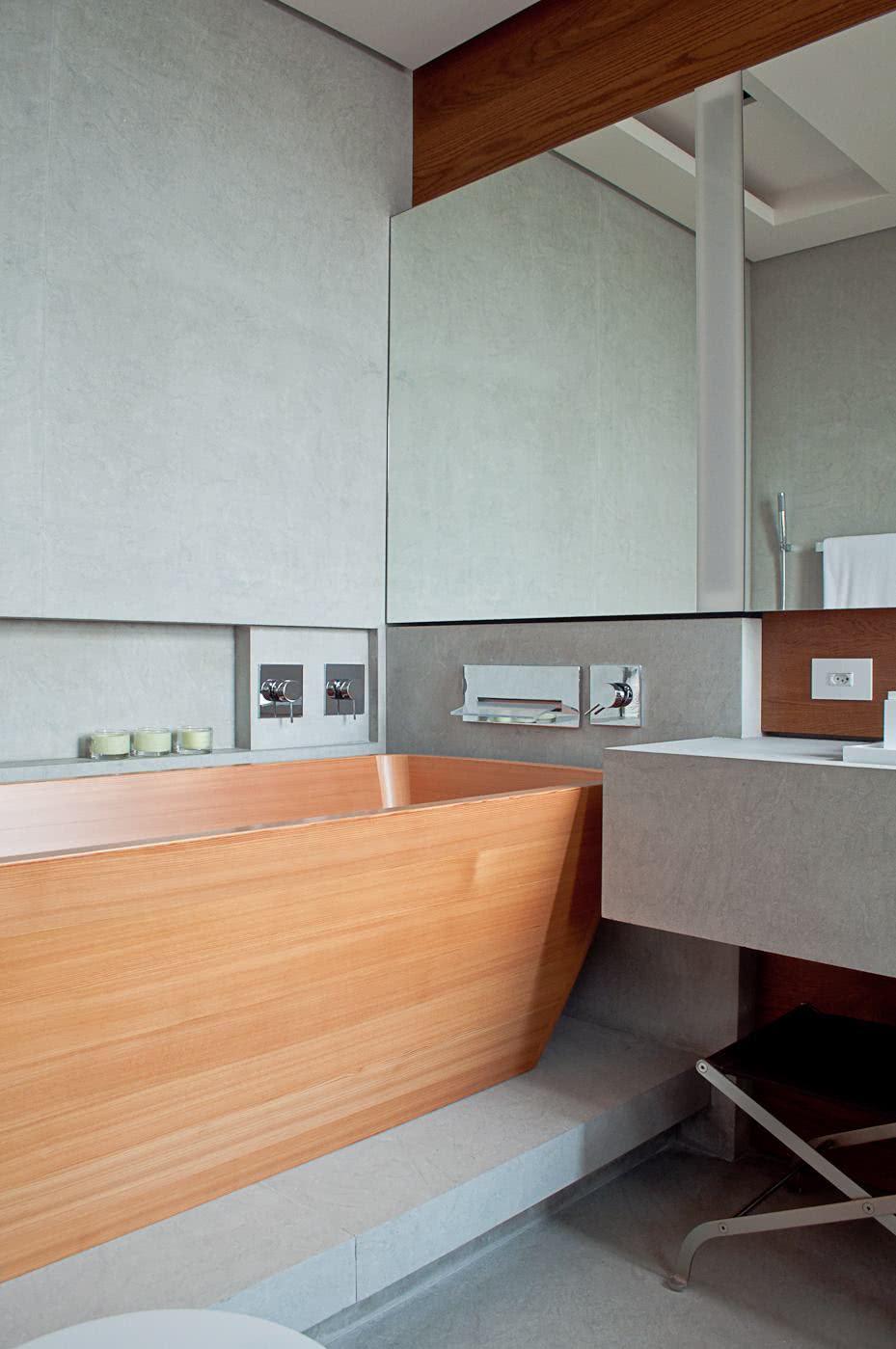 Banheiro moderno com nicho de embutir perto da banheira