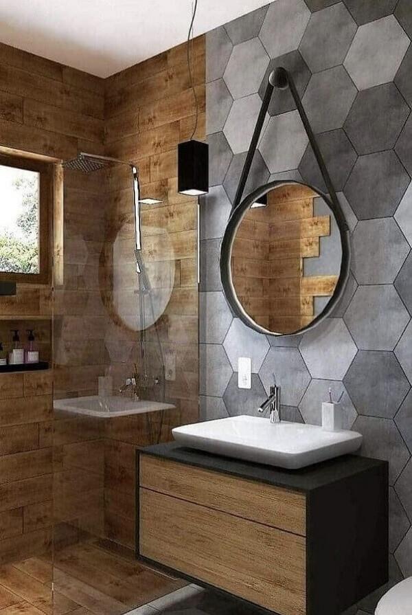 Banheiro moderno com revestimento cerâmico cinza hexagonal e elementos em madeira. Fonte: Pinterest