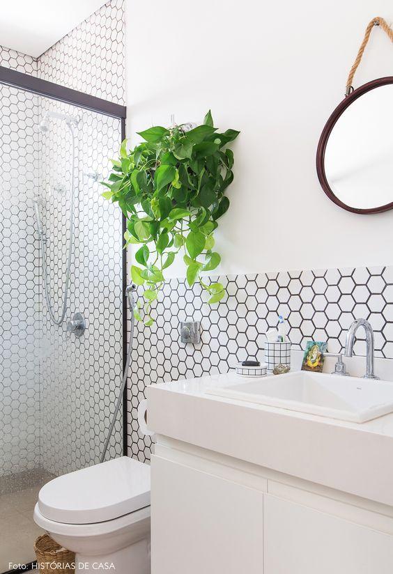 Banheiro moderno com silestone branco e papel de parede geometrico