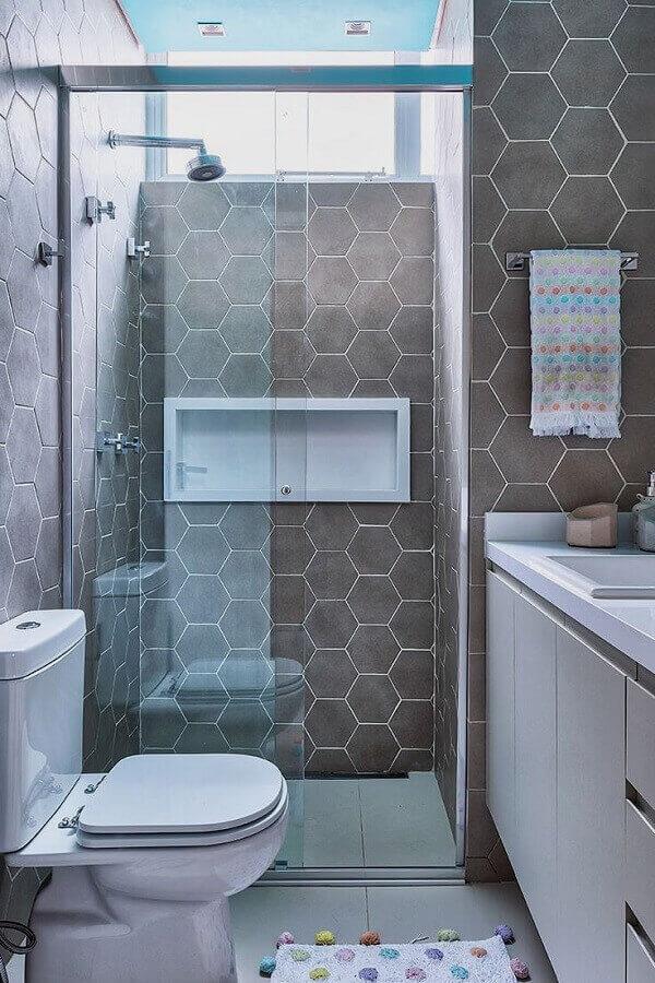 Banheiro pequeno decorado com revestimento cerâmico cinza em formato hexagonal. Fonte: Casa de Valentina