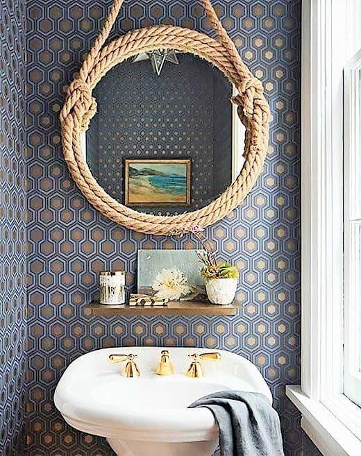 Banheiro rústico decorado com moldura redonda