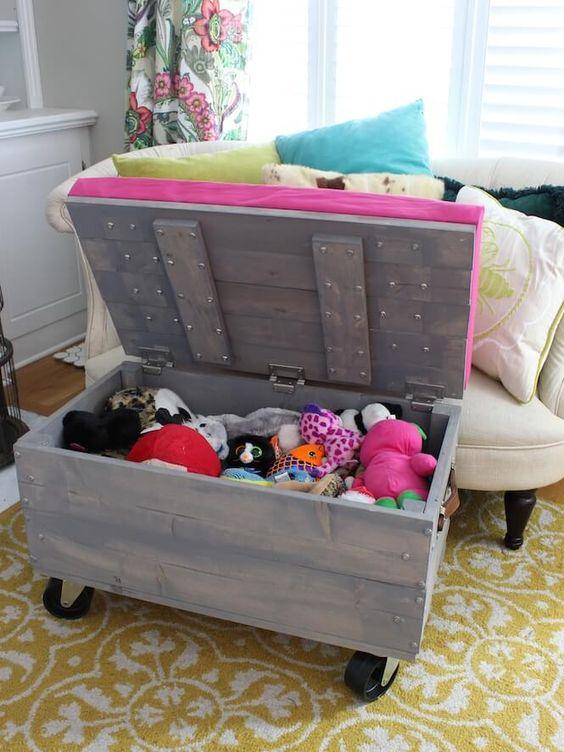 Bau de madeira com rodizios para organizar brinquedos