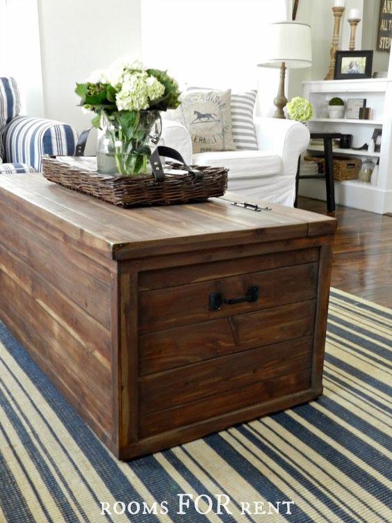 Bau de madeira no centro da sala de estar