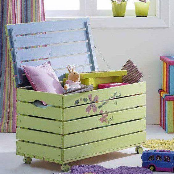 Bau de madeira para brinquedos no quarto infantil