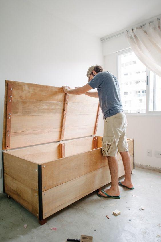 Bau de madeira para organziar o quarto