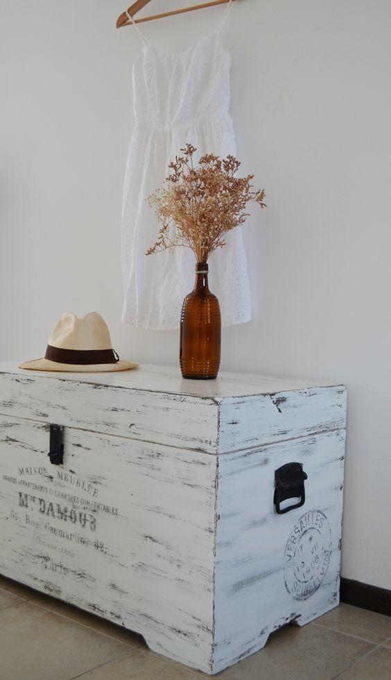 Bau de madeira pintada de branco