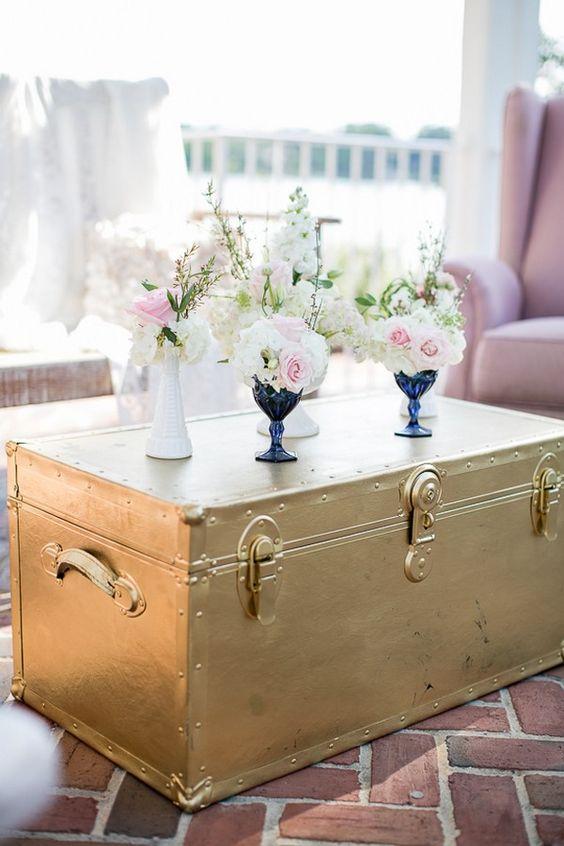 Bau de madeira pintado de dourado para sala de estar decorada em rosa e azul