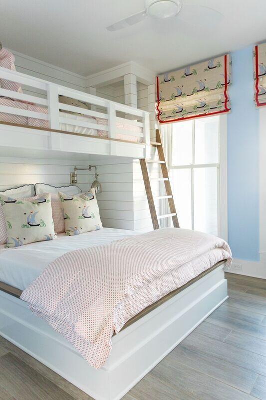 Beliche de madeira com cama de casal