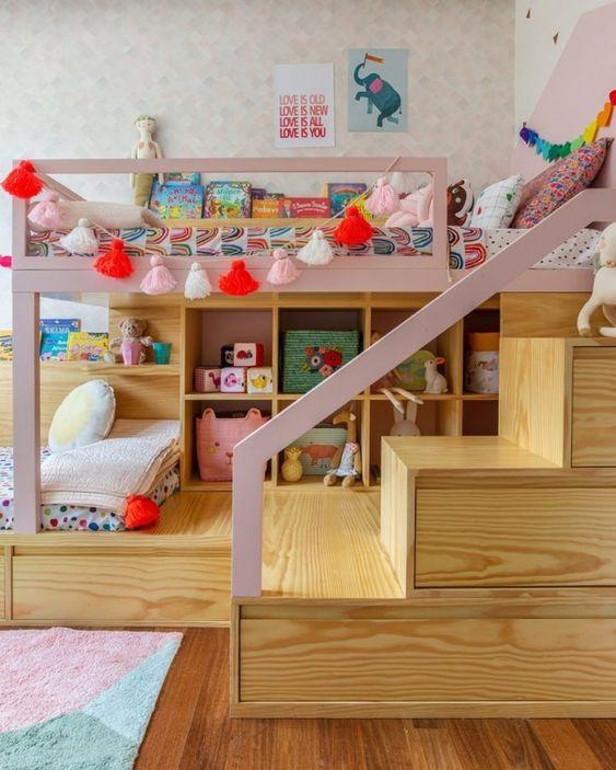 Beliche de madeira com gavetas na escada e estante para brinquedoteca